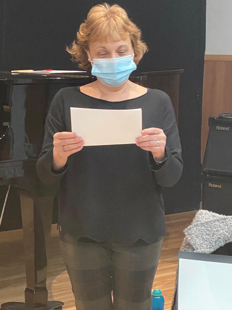 La Montse llegint el seu poema